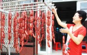 Touring Can Duoc district to taste sausages, banh in on Tet