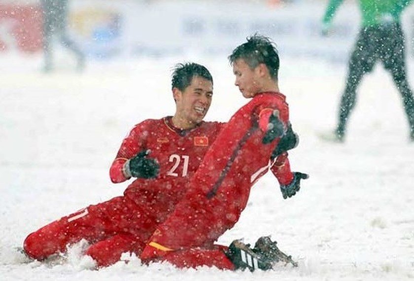 Nguyen Quang Hai (R) celebrates his goal in the first half of the match (Photo: SGGP)
