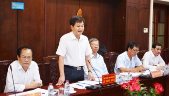 Inspector General Le Minh Khai works with Long An leaders