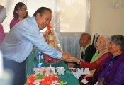 Deputy PM presents gifts to Heroic Vietnamese Mothers
