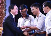 Nearly 500 Vallet scholarships presented to Vietnamese students