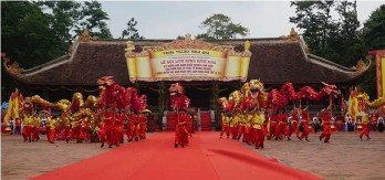 Thousands flock to Lam Kinh Festival