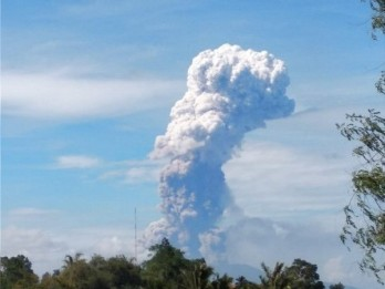 Indonesia's island hit by volcano eruption after quakes, tsunami