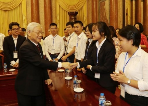 Party General Secretary and President Nguyen Phu Trong meets outstanding students