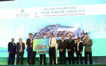 VWS gives HCMC, Long An, Kien Giang US technology waste collection trucks