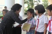 Former Vice State President - Truong My Hoa gives scholarships to poor students in Long An