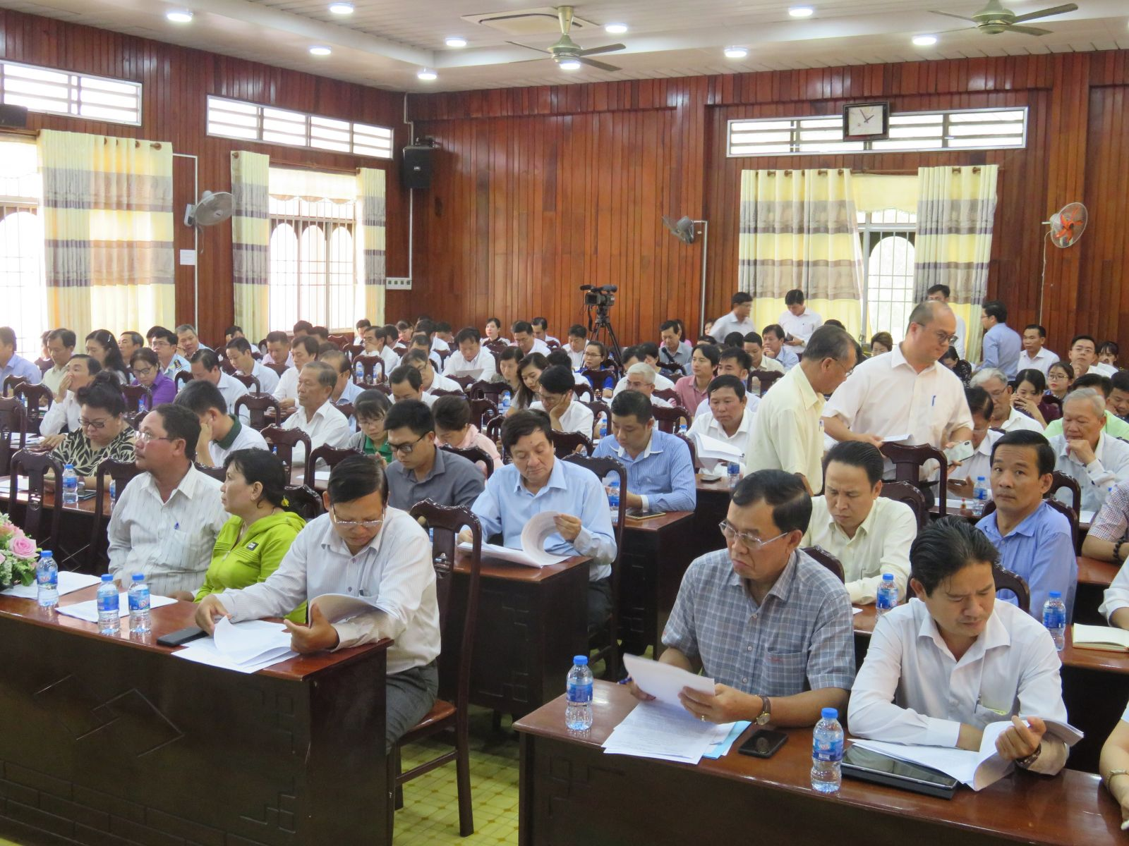 Enterprises, leaders of some departments, provincial departments and district People's Committees of Ben Luc, Can Duoc and Can Giuoc attend dialogues