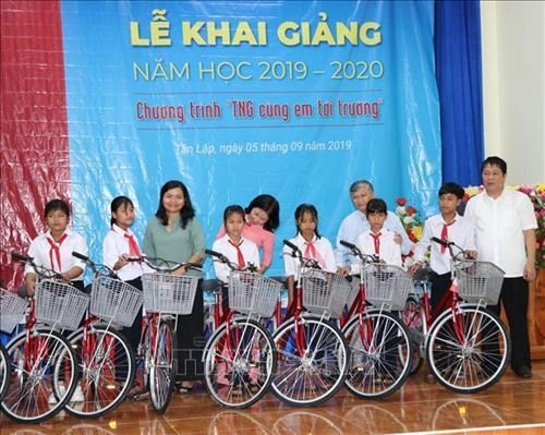 Vietnamese students get gifts on new school year