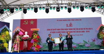 Standing Deputy Prime Minister - Truong Hoa Binh attends the ceremony to recognize Tan An City as a grade-II urban and celebrate its 10th anniversary