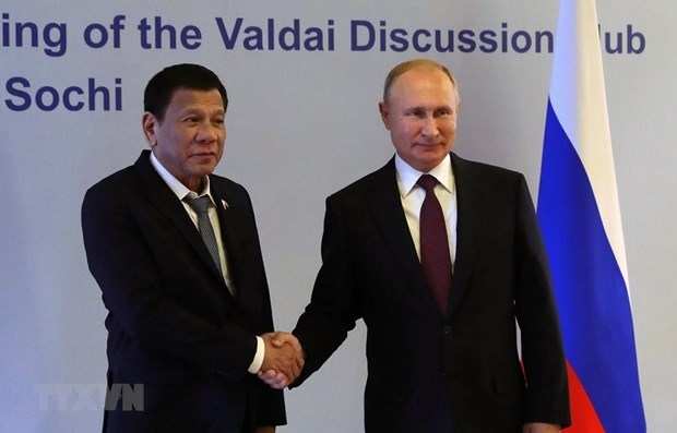 Philippine President Rodrigo Duterte (L) shakes hands with his Russian counterpart Vladimir Putin (Photo: AFP/VNA)