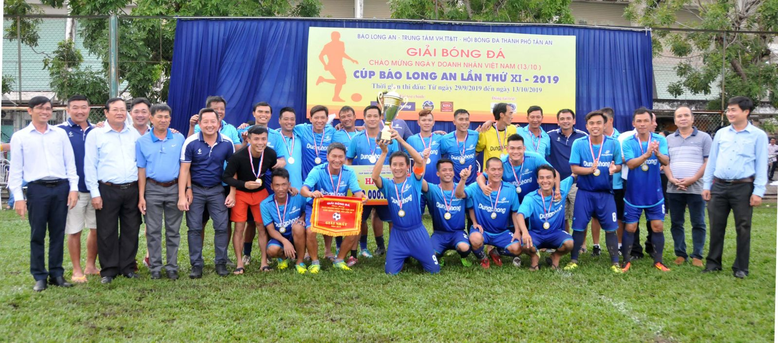 The organizer awards the Cup to Dung Phong team