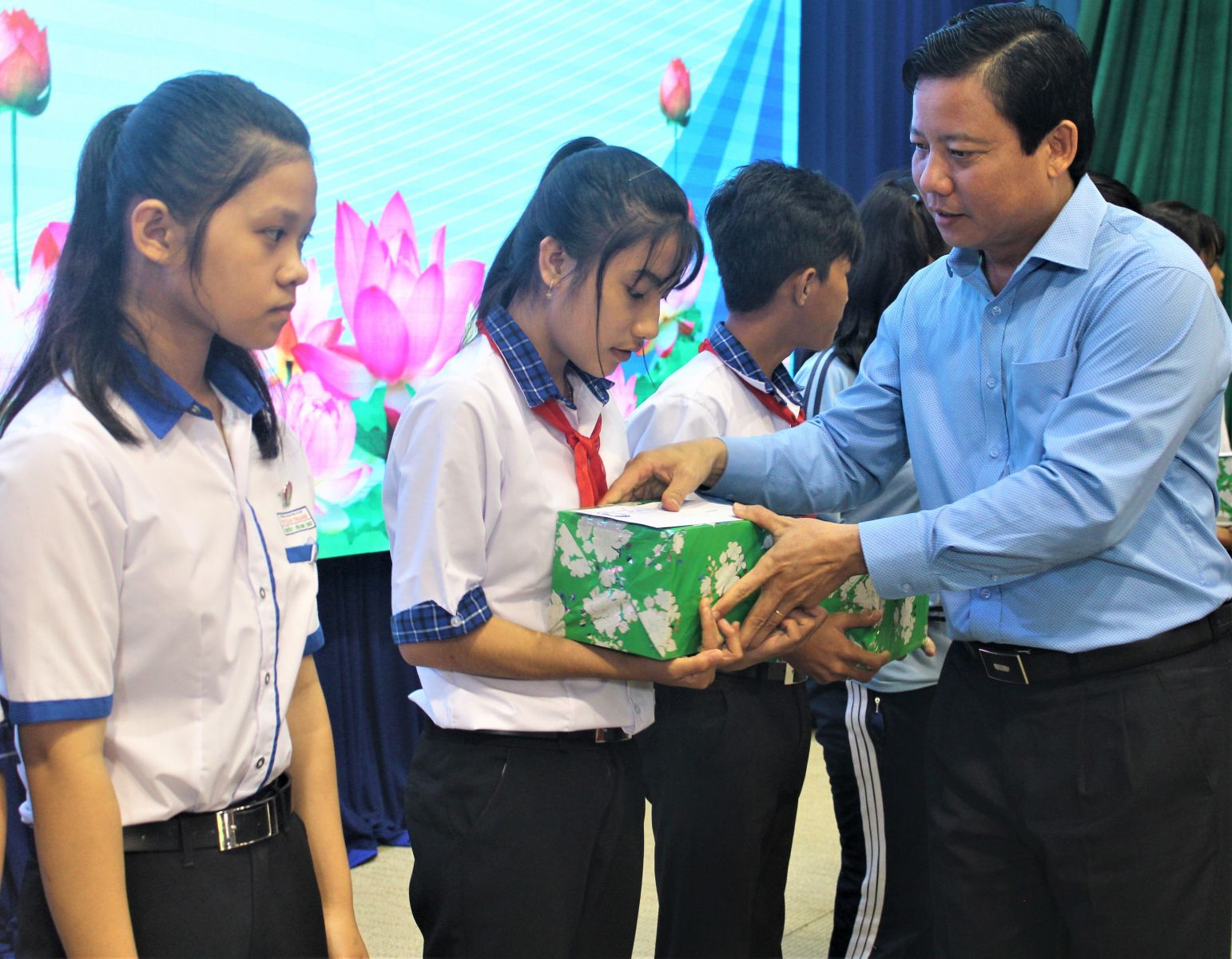 Vice Chairman of Long An provincial People's Committee - Pham Tan Hoa awards scholarships to children in extremely difficult circumstances