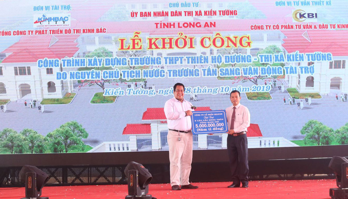 Awarding the symbol of 5 billion VND to Kien Tuong town to build a rural bridge