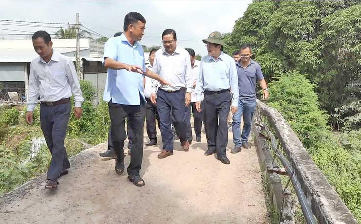 The delegation directly surveys bridges in 3 border communes of Kien Tuong town