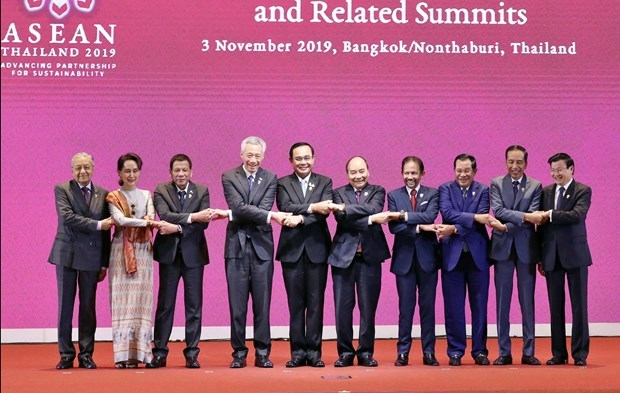 Leaders of the ten ASEAN member states pose for a photo at the opening ceremony of the 35th ASEAN Summit in Bangkok on November 3 morning (Photo: VNA)