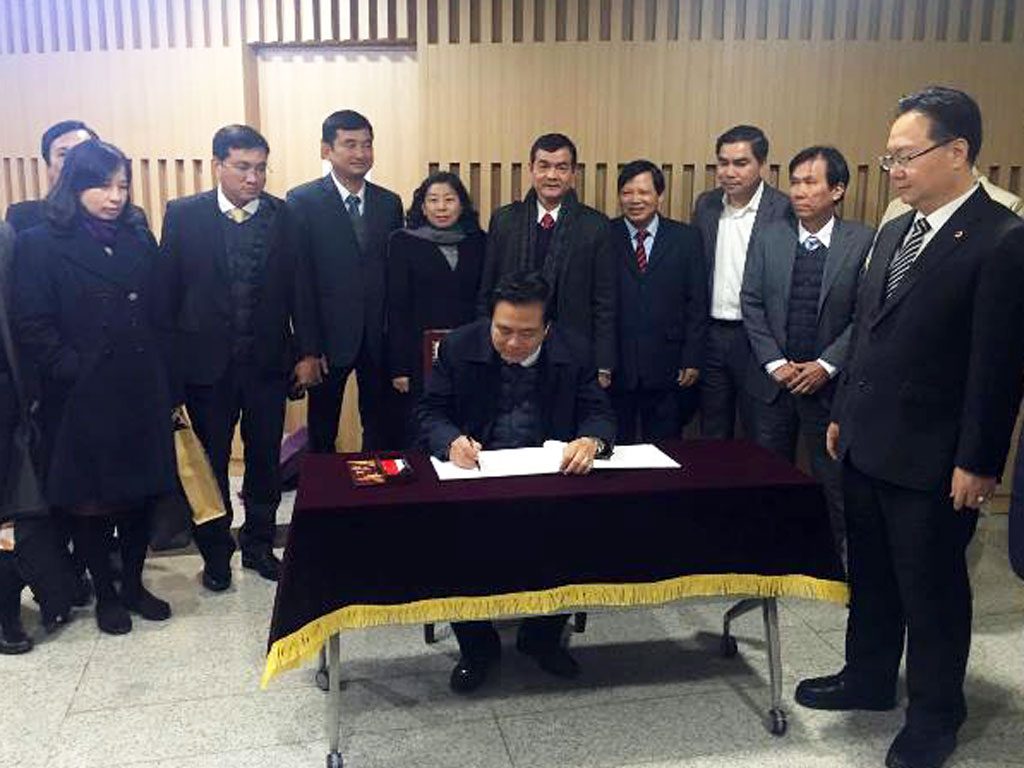 Secretary of the Provincial Party Committee, Chairman of Long An Provincial People's Council - Pham Van Ranh writes a memo for the visit to Chungcheongnam Provincial Council
