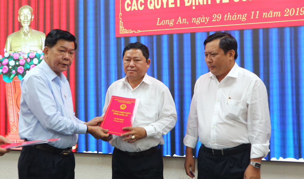 Chairman of the Provincial People's Committee - Tran Van Can hands over the decision to Mr. Pham Van Do