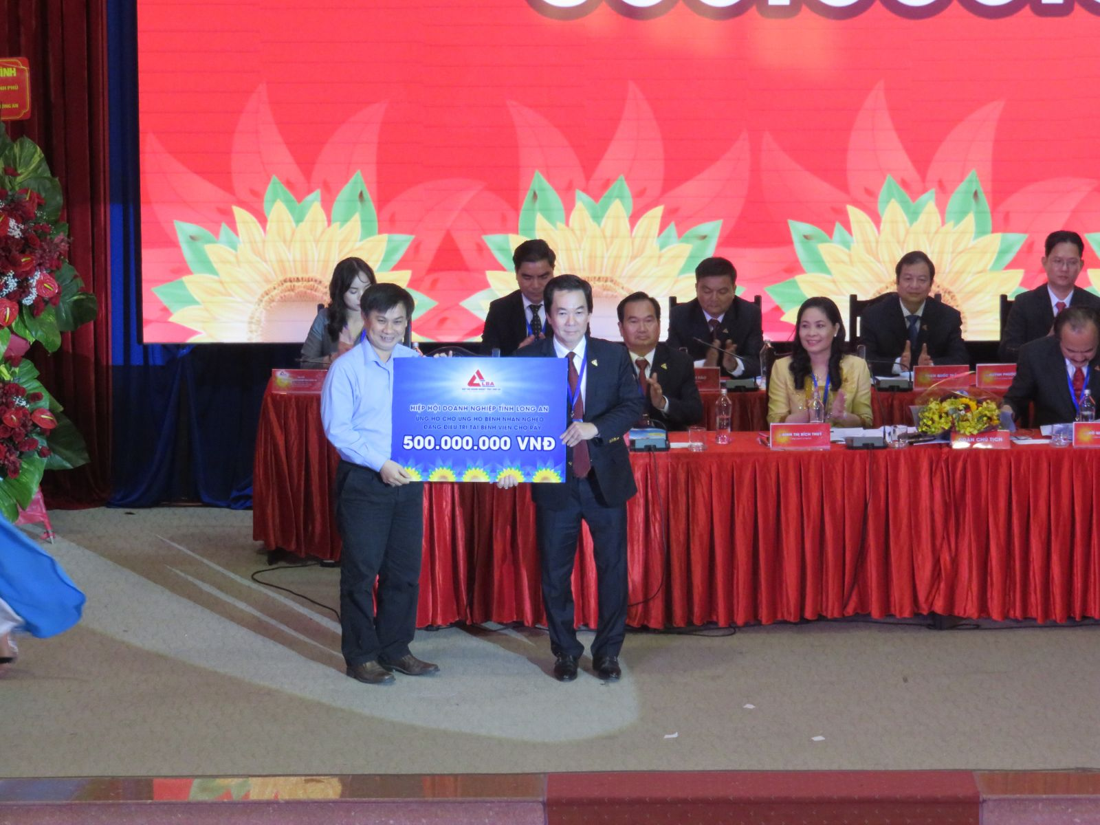 Representative of the Executive Committee of the Association awarded the amount of support to the poor patients who are being treated at Cho Ray Hospital