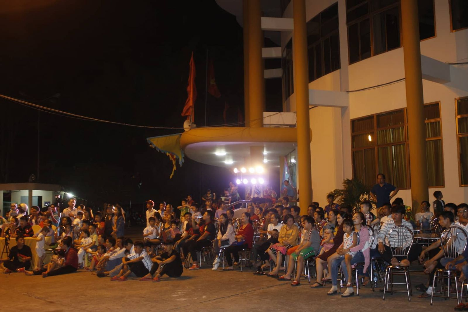 The festival attracted numerous people to watch and cheer
