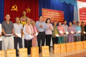 Vice State President - Dang Thi Ngoc Thinh presents gifts and scholarships in Long An