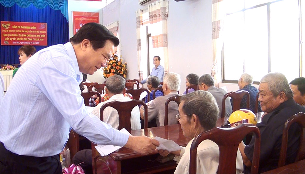 Secretary of Long An Provincial Party Committee - Pham Van Ranh presents Tet gifts to disadvantaged families in Duc Hoa district. (Photo: Mai Nha)