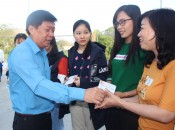 Long An Labor Federation presents bus tickets to workers, laborers to return hometown for Tet