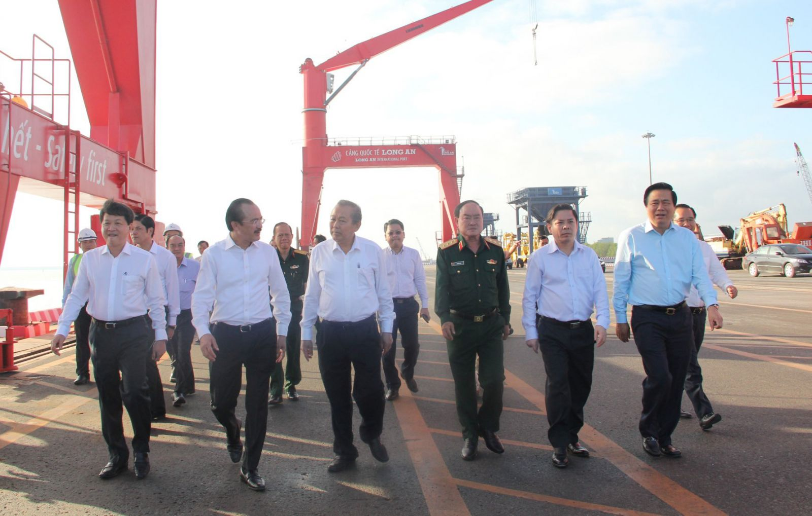 The Government mission delegation and provincial leaders visit the wharves