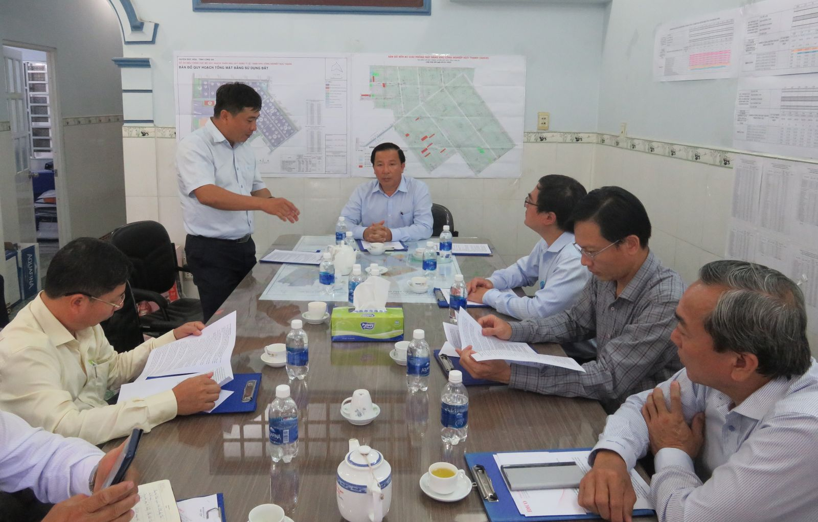 Vice Chairman of Long An People's Committee - Nguyen Van Ut (middle) asked investors to soon build infrastructure for the compensation and land clearance area.
