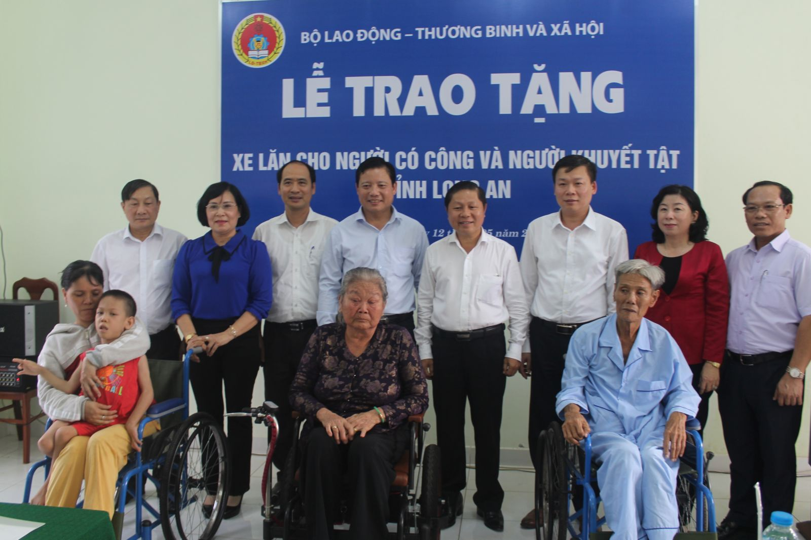 The delegation presents wheelchairs to disabled people and people with meritorious services in Long An