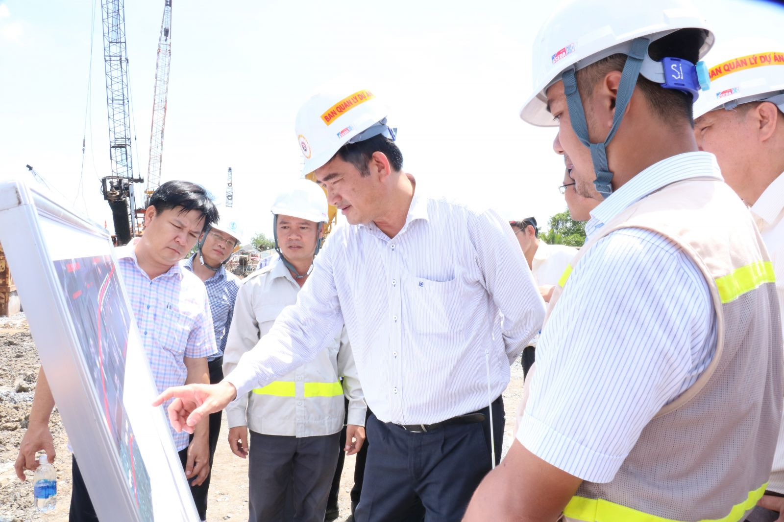 Vice Chairman of the Long An People's Committee - Pham Van Canh (middle) inspects the Tan Tap - Long Hau Road Project