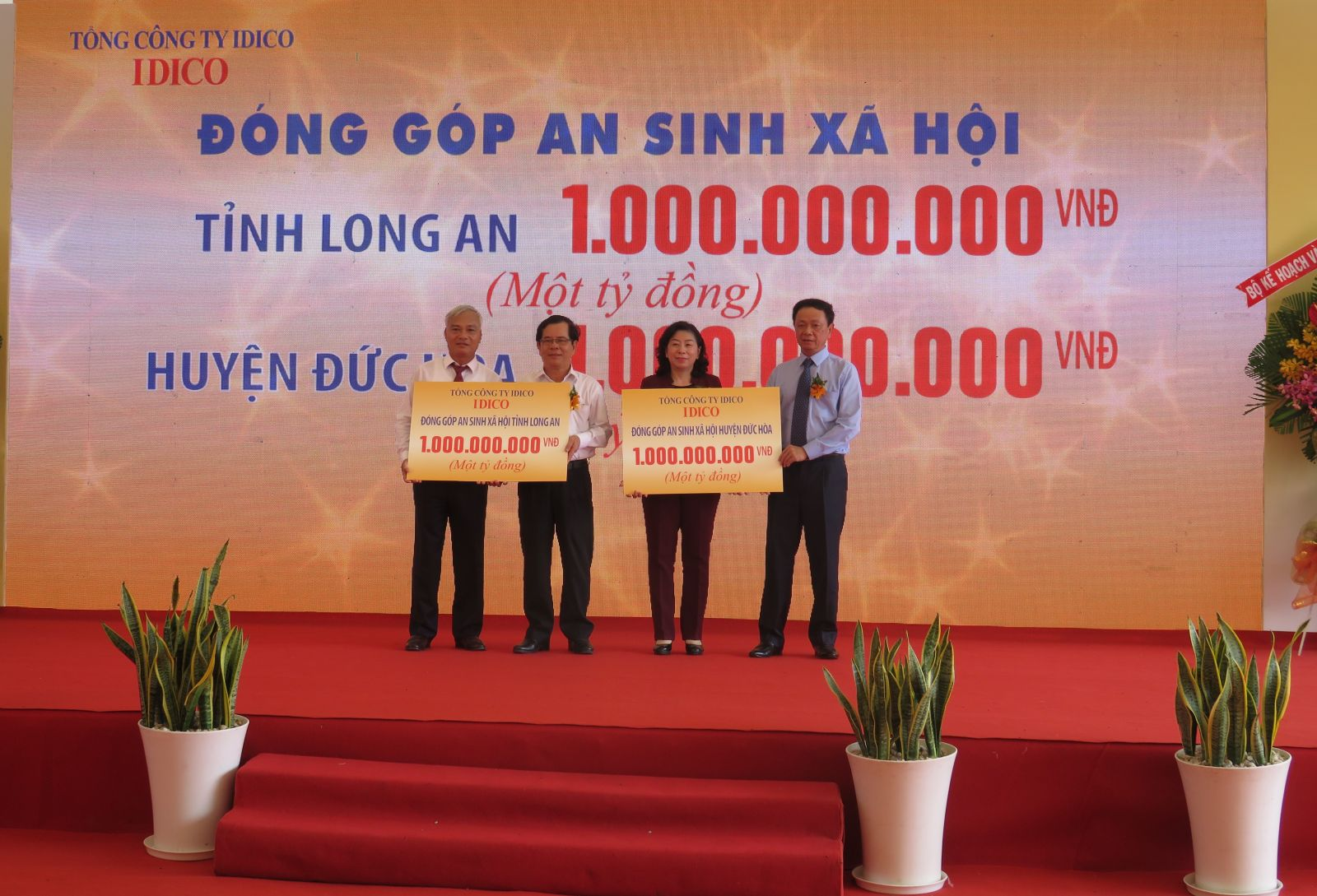 Infrastructure investors award 1 billion VND to social security fund of Long An province, 1 billion VND to Duc Hoa district
