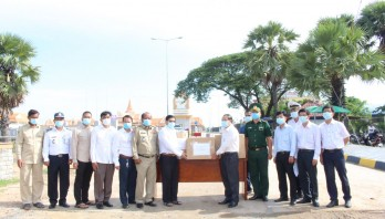 Long An Department of Health presents Cambodia medical supplies to prevent and combat Covid-19