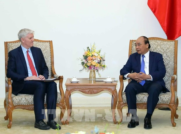 Prime Minister Nguyen Xuan Phuc (R) receives ADB Country Director for Vietnam Eric Sidgwick (Photo: VNA)