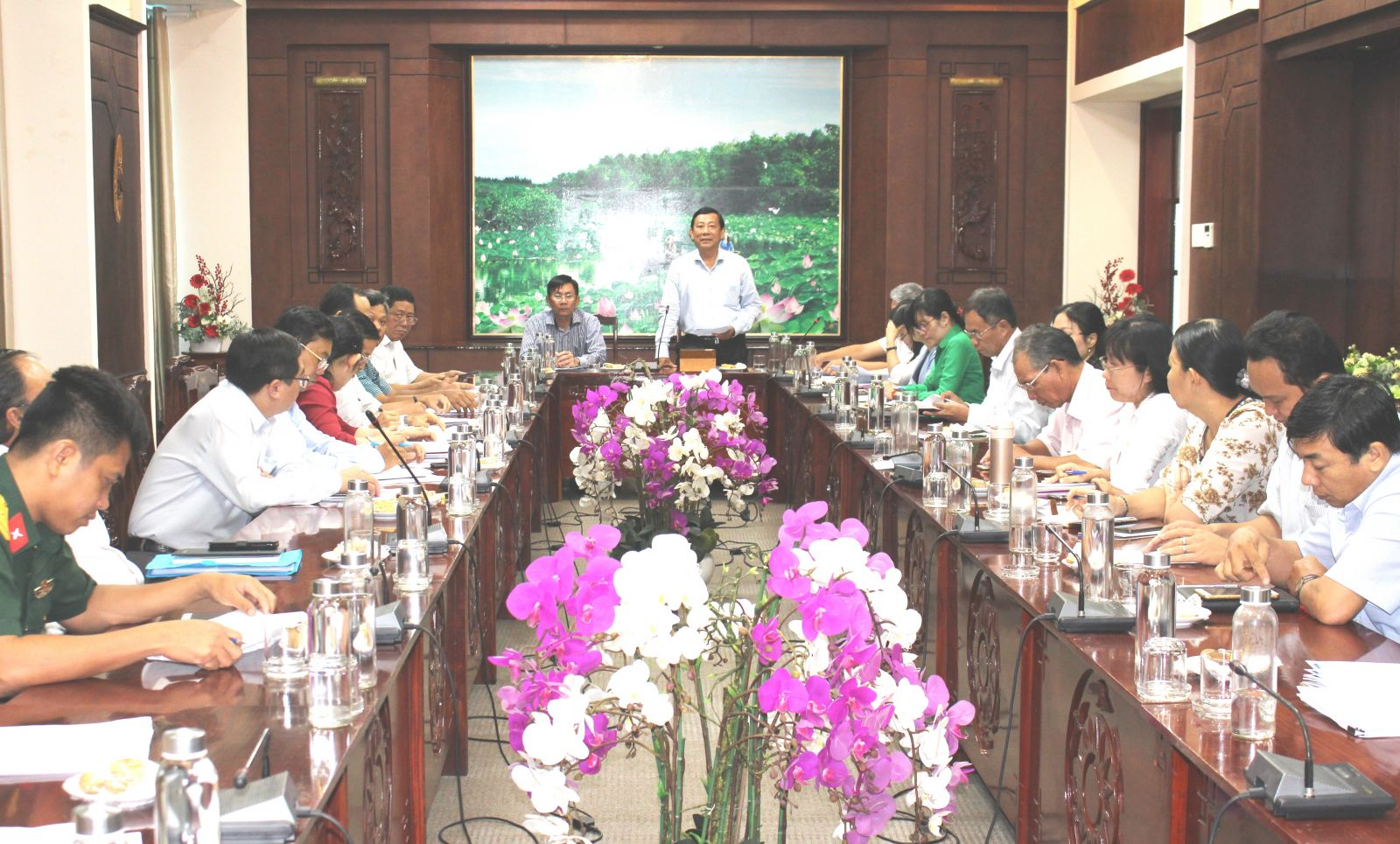 Director of Department of Information and Communications of the province - Nguyen Ba Luan chaired the conference