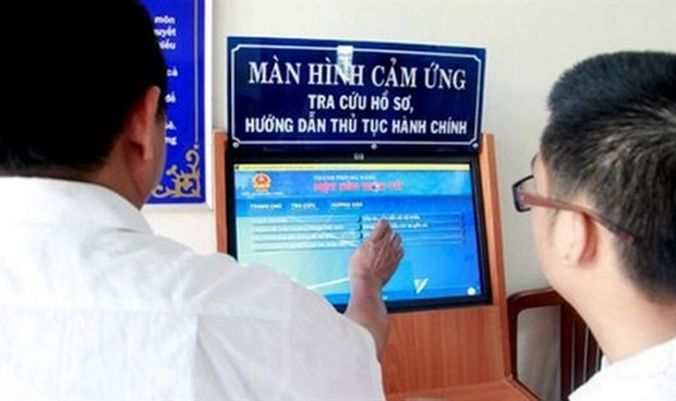 Customers read instructions for administrative procedures (Source: baophapluat.vn)