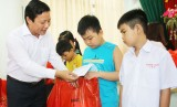 Vice Chairman of Long An People's Committee - Pham Tan Hoa presents Mid-Autumn Festival gifts to extremely needy children