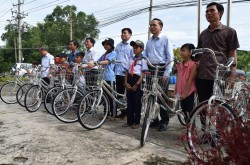 Deputy Chairman of the Judicial Committee of the National Assembly - Hoang Van Lien gives bicycles to students